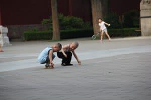 الأطفال واللعب خارجا