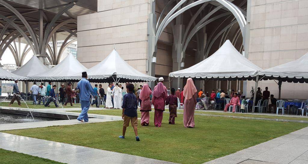 أسرة ماليزية يلبس أفرادها اللون الوردي