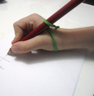 مسكة القلم باستخدام المطاط