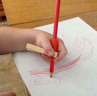 مسكة القلم باستخدام مشبك الملابس